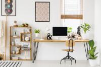 Drevený písací stôl a industriálna stolička v škandinávskej pracovni