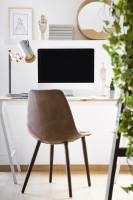 Kožená stolička vo svetlej prírodnej pracovni