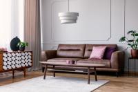 Hnedá kožená pohovka v retro obývačke