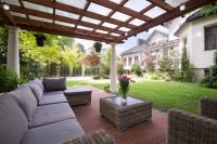 Záhradná sedačka a ratanový stôl v modernom štýle