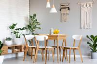 Drevený jedálenský stôl a stoličky v jedálni s prírodnými dekoráciami
