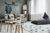 Sedací vak a sada stolíkov v sivej obývačke