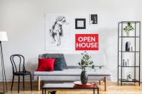 Svetlá pohovka a čierny kovový regál v škandinávskej obývačke