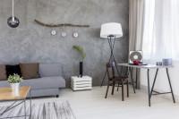 Jednoduchý písací stôl v sivej obývačke