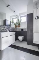 Moderná kúpeľňa v sivo bielej farebnosti
