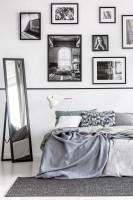 Manželská posteľ a stojanové zrkadlo v sivo-bielej spálni