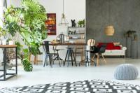 Industriálne stoličky a drevený stôl v priestrannej jedálni