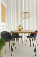 Sivé stoličky a elegantný drevený stôl v retro jedálni