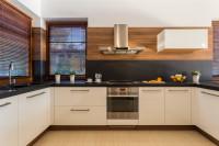 Moderná biela kuchynská linka s čiernou pracovnou doskou