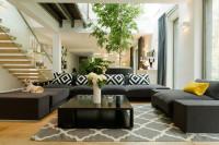 Čierne pohovky a konferenčný stolík v modernej obývačke