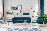 Modrá pohovka a kreslo v priestrannej obývačke