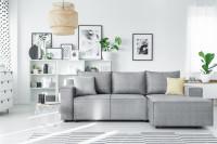 Rohová pohovka v sivo-bielej obývačke