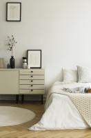 Nízka komoda v útulnej bielej spálni