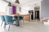Jedálenský stôl a modré stoličky v modernej kuchyni s jedálňou