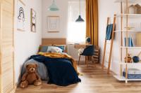 Drevená posteľ v detskej izbe s prírodnými doplnkami