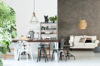 Dlhý jedálenský stôl so stoličkami v industriálnom štýle