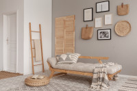 Biela drevená pohovka a doplnky z prírodných materiálov