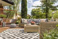 Ratanový záhradný nábytok a drevená záhradná hojdačka