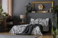 Manželská posteľ v čiernobielej glamour spálni