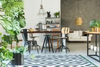 Dlhý jedálenský stôl a stoličky v industriálnom štýle