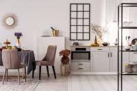 Jedálenský kút s čalúnenými stoličkami v bielej kuchyni