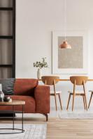Drevený jedálenský set v obývačke s hnedou pohovkou