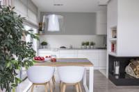 Jedálenský stôl a plastové stoličky v bielej kuchyni