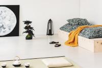 Drevená posteľ s doplnkami v japonskom štýle