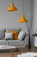 Obývačka v sivých tónoch s oranžovými doplnkami