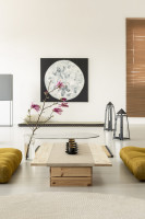 Nízky stolík a obraz v elegantnej japonskej obývačke