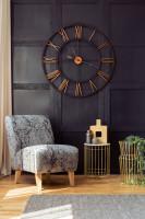 Veľké nástenné hodiny a zlaté stolíky so sivým kreslom
