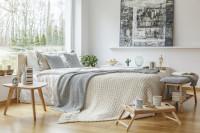 Pohodlná posteľ s pletenou dekou a prírodné doplnky
