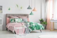Manželská posteľ s čalúneným čelom v pastelových farbách