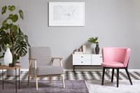 Elegantné kreslá v monochromatickej retro obývačke