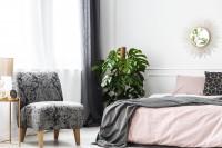 Pohodlné čalúnené kreslo v elegantnej sivo-ružovej spálni