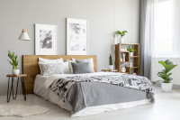Drevená posteľ v štýlovej sivo-bielej spálni