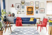 Farebné kreslá a pohovka v obývačke s galériovou stenou
