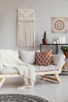 Svetlá pohovka v bielej bohémskej obývačke
