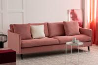 Dámska obývačka s ružovou pohovkou a okrúhlym stolíkom