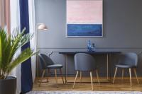 Štýlová jedáleň so sivými stoličkami a veľkým obrazom