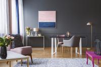 Dizajnový nábytok v glamour obývačke so sivou stenou