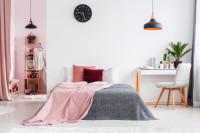 Manželská posteľ s ružovými textilnými doplnkami