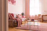 Sada stolíkov a pohovka s dekou v ružových tónoch