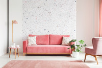 Ružová pohovka a stojanová lampa v retro obývačke