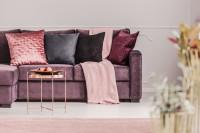 Pohovka s vankúšmi vo fialovej glamour obývačke