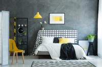 Manželská posteľ v elegantnej čiernobielej spálni so žltými akcentami