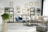 Modré kreslo a kovové stolíky vo svetlej obývačke