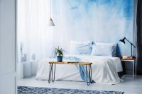Drevená lavica v bielo-modrej spálni