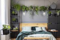 Drevená posteľ v sivej spálni s kovovými regálmi