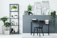 Čierny regál a písací stôl v modernej pracovni